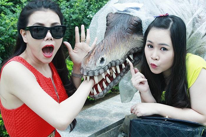 Trà Ngọc Hằng nhí nhảnh cùng diễn viên thần tượng tuổi teen Trương Phương. Cô nàng này xuất hiện nhiều trong những bộ phim dành cho tuổi teen.