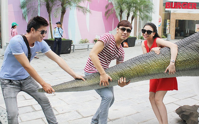 Cô tiếp tục vui đùa cùng Lê Minh Trung và Lê Việt Anh.