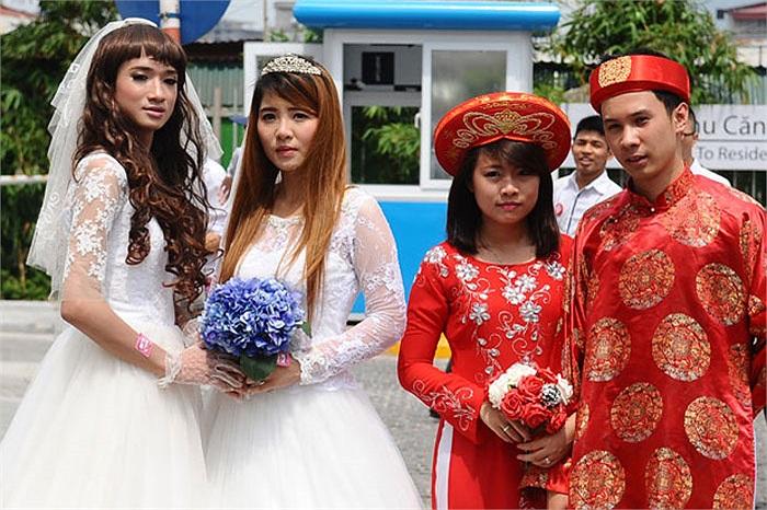 Hiền Vi(tên thật là Lê Trọng Hiếu) và Ngọc Tú (váy trắng phải). Hiền Vi vốn là nam giới nhận mình là vợ còn Ngọc Tú là nữ giới trong vai người chồng.
