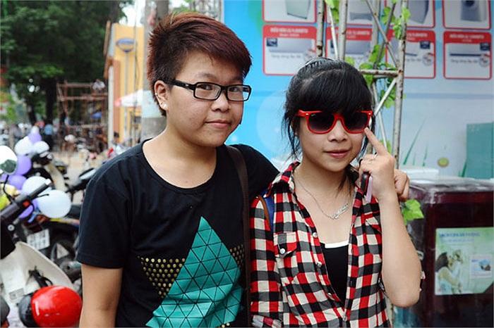 Một cặp đôi nữ tuổi còn teen sẵn sàng công khai giới tính của mình trước ống kính.