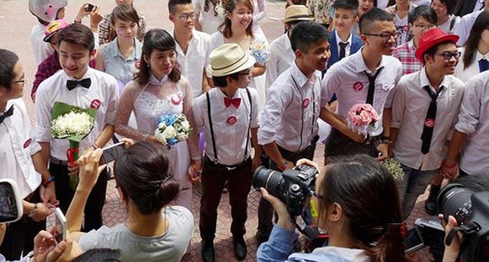 Họ tổ chức lễ rước dâu, lễ cưới tại nhiều địa điểm như: Siêu thị Topcare, tòa nhà Indochina, Vincom Bà Triệu, Bờ Hồ và khu vực vườn hoa Lý Thái Tổ.