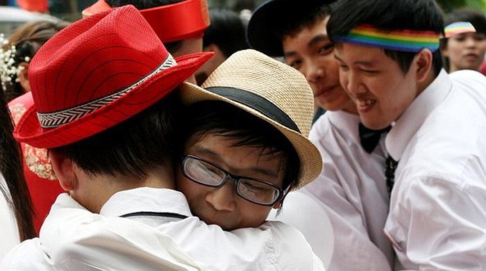 Cả các cặp đôi nam giới cũng sẵn sàng tỏ tình trước đám đông.