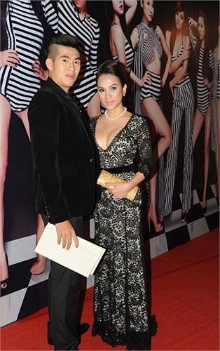 Chân dài Amy Hương (phải), người tình tin đồn một thời của Ngô Tiến Đoàn.
