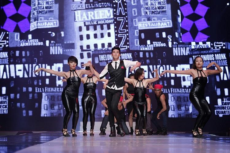 Khách mời nữa là Hồ Vĩnh Khoa, tham gia nhảy cùng vũ đoàn trong 1 tiết mục.