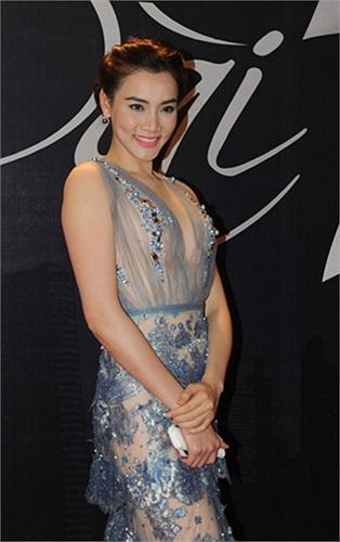 Đặc biệt, người mẫu Trang Nhung gây ấn tượng khi đến dự đêm hội với bộ váy xuyên thấu gợi cảm.