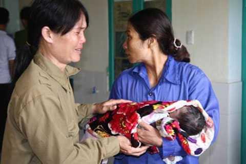 Trẻ sơ sinh này tử vong sau tiêm, gia đình đau xót muốn biết nguyên nhân. Ảnh Lao động
