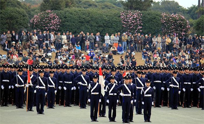 Đây là khung cảnh của lễ kỷ niệm ngày thành lập Học viện Quốc phòng Nhật Bản, tại Yokosuka, phía nam Tokyo.