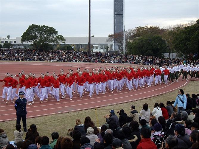 Bên cạnh rất nhiều hoạt động thể thao khác thì một điều không thể thiếu trong ngày kỷ niệm này là trò chơi Botaoshi.