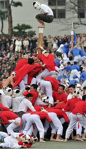 Theo luật ban đầu, đội tấn công chỉ phải hạ cột gỗ xuống một góc 45 độ.