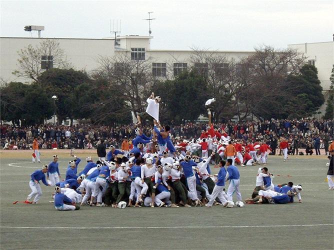 Đây là một trận đấu khác giữa đội phòng thủ mặc áo màu trắng và đội tấn công mặc áo màu xanh.