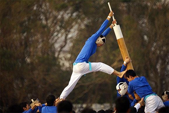 Đội tấn công sau khi chiếm được mục tiêu, cố gắng kéo cây cột nghiêng xuống một góc 30 độ nếu muốn giành chiến thắng.