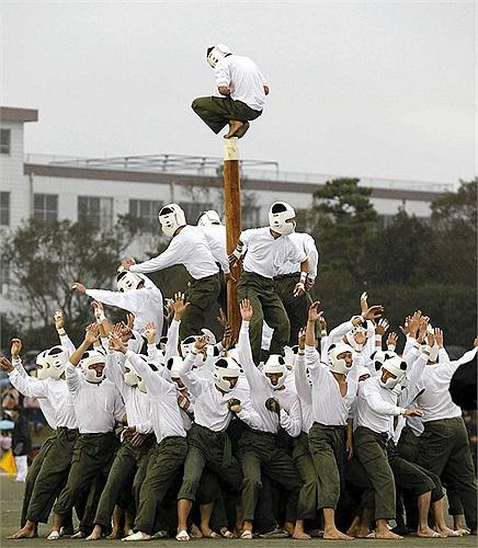 Đây là trò chơi được xem là 'thô bạo' nhất thế giới. Nhưng tại Học viện Quốc phòng Nhật Bản thì nó là môn chơi thể hiện sức mạnh thể chất, khả năng hoạt động và phối hợp làm việc nhóm của các sĩ quan tương lai.