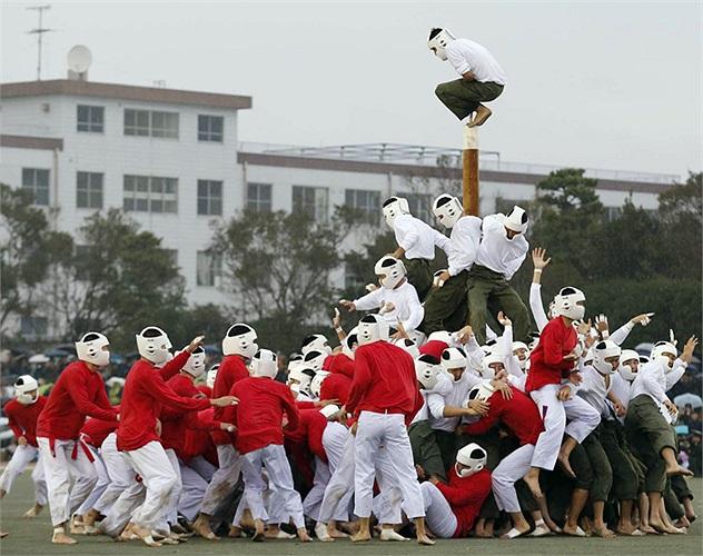 Bằng mọi cách nhanh nhất, đội tấn công (đỏ) phải chiếm lĩnh lấy cây cột mà đội phòng thủ (trắng) đang bảo vệ.