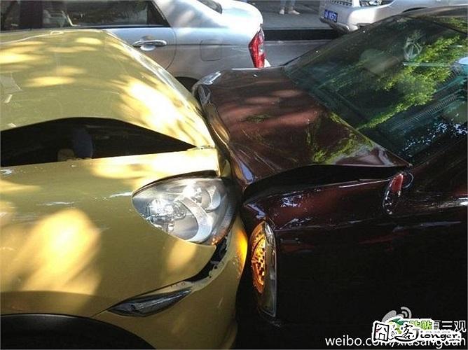 Cận cảnh chiếc xe Porsche Cayenne Turbo màu vàng đâm chiếc sedan Maserati Quattroporte màu mận chín
