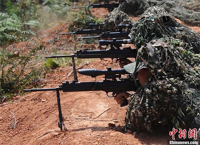 Các binh sĩ tập bắn tỉa chính xác mục tiêu