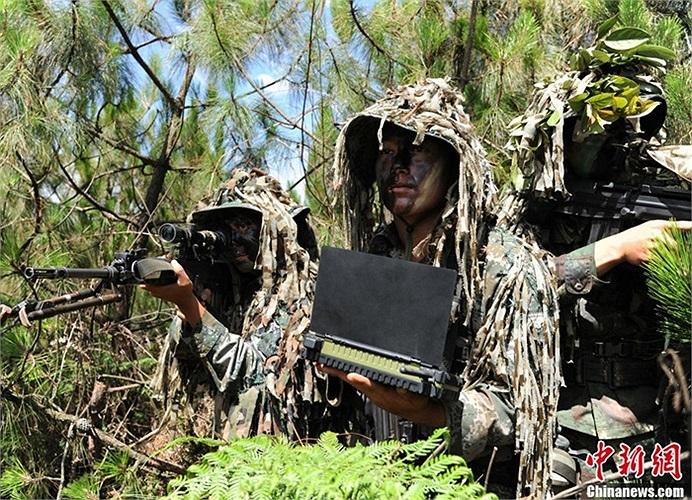 Các binh lính cải trang khi tham gia tập luyện