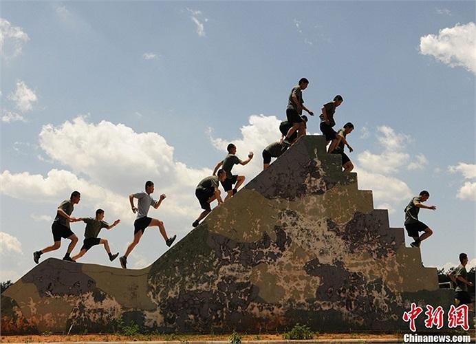 Các học viên trong bài tập thể lực chạy