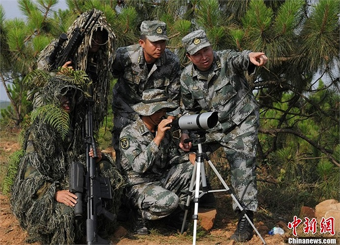 Nhóm tư vấn giúp các học viên ngắm bắn chính xác mục tiêu