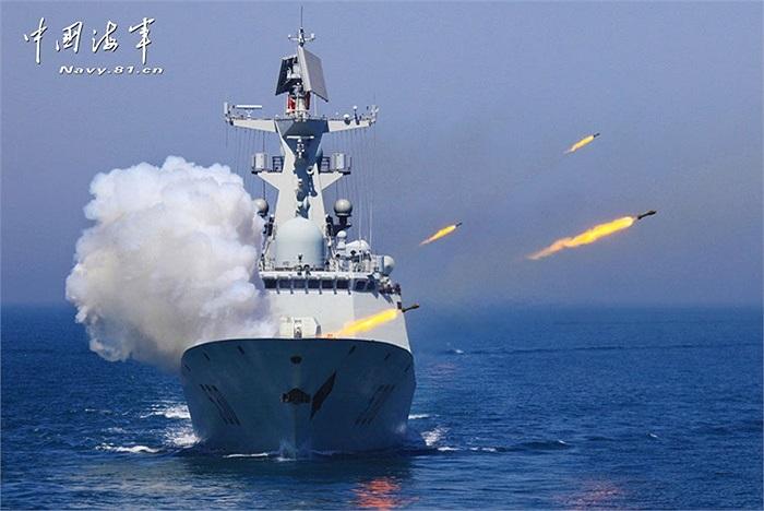 Trong ảnh là một tàu chiến số 530 của hải quân Trung Quốc đang phóng tên lửa chống ngầm
