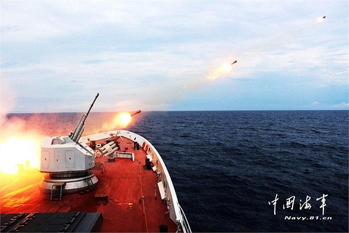 Hãng tin Tân Hoa Xã đăng tải loạt ảnh tàu chiến Trung Quốc nã tên lửa chống ngầm, ngư lôi chống tàu ngầm