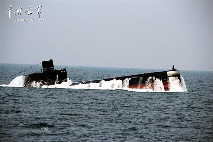 Một trong những tàu ngầm của hải quân Trung Quốc nổi trên biển