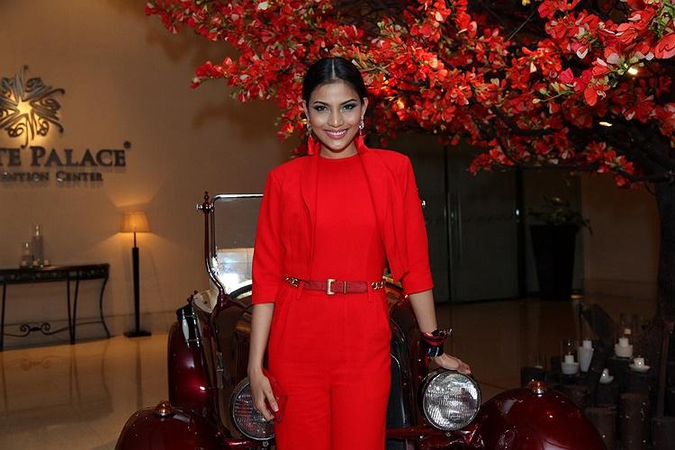 Trong đêm thời trang áo dài diễn ra tối 23/7, tại TP HCM, Trương Thị May xuất hiện với bộ váy đỏ nổi bật.