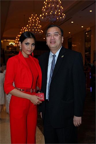 Tại đêm thời trang, Trương Thị May gặp gỡ và chụp ảnh cùng Tổng lãnh sự quán Hoa Kỳ.