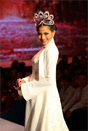 Khi lên sân khấu, cô diện bộ áo dài trắng quý phái, đầu đội vương miện.