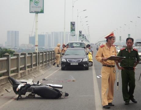 Tự gây tai nạn trên cầu Vĩnh Tuy, một phụ nữ tử vong