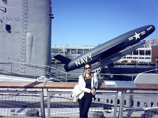 Pha Lê khoe những bức ảnh chụp trên tàu sân bay ở Mỹ.