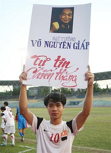 Đây là bức ảnh Đại tướng Võ Nguyên Giáp được các cầu thủ U19 Việt Nam cầm ăn mừng sau khi đánh bại U19 Australia ở Malaysia. Và người cầm ảnh Đại tướng là Công Phượng. (Ảnh: Goal.com)