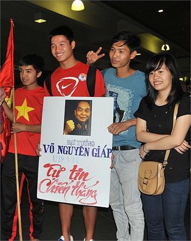 Thủ thành Phi Long mang theo ảnh Đại tướng về Hà Nội. (Ảnh: Tri Thức)