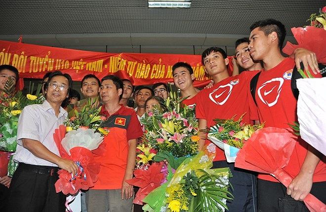 Phó chủ tịch VFF Nguyễn Lân Trung ra đón đoàn. (Ảnh: Tri Thức)