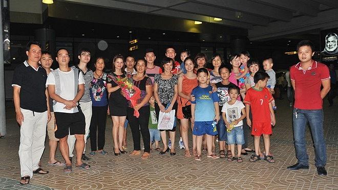 Gia đình thủ thành Duy Mạnh cùng có mặt ở sân bay. (Ảnh: Tri Thức)