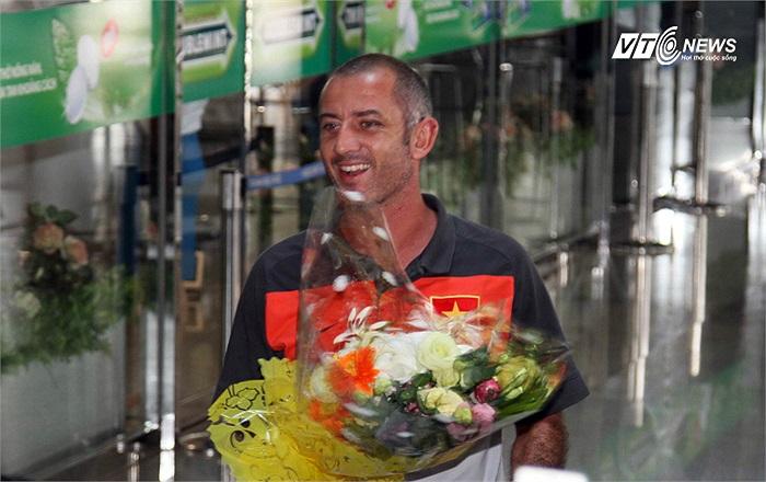 Trước đó U19 Việt Nam gồm phần lớn các cầu thủ, HLV trưởng và một số thành viên đoàn đã về tới sân bay Tân Sơn Nhất.