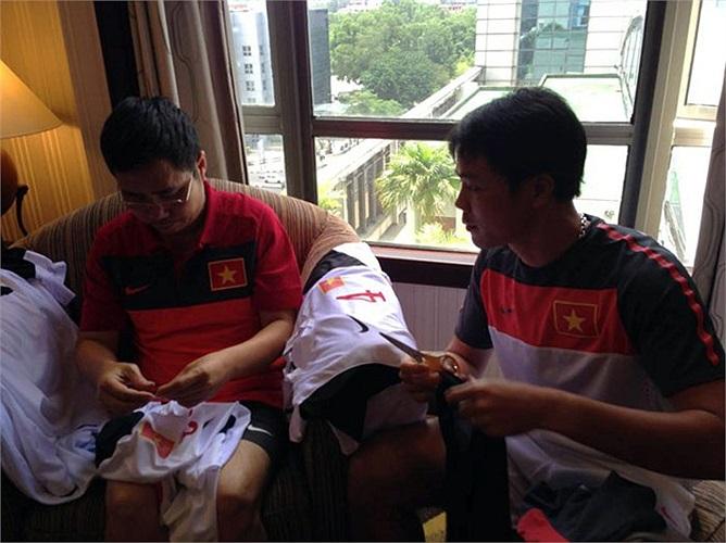 HLV phó Phạm Như Thuần cũng chung tay làm công việc hết sức ý nghĩa này cùng Ban huấn luyện