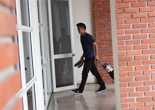 Đội trưởng Văn Quyết của U23 Việt Nam lái xe riêng đến tập trung từ rất sớm.