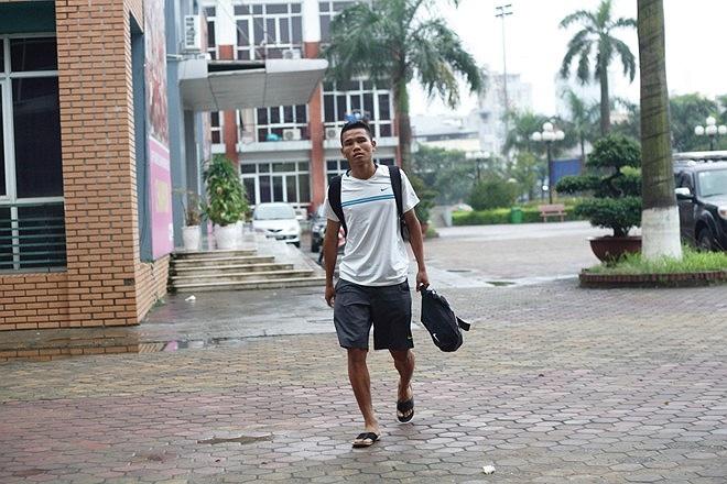 Cầu thủ Văn Thắng của CLB Thanh Hóa hội quân với đồ đạc gọn gàng.