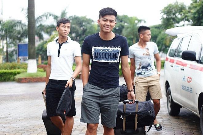 4 cầu thủ trẻ thuộc biên chế CLB Sông Lam Nghệ An đã đi chuyến tàu từ sáng sớm hôm nay để tiết kiệm chi phí.