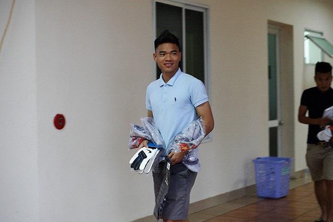 Mỗi cầu thủ được phát 3 bộ trang phục mới. Ngày mai nếu thời tiết thuận lợi các cầu thủ U23 Việt Nam sẽ có buổi tập đầu tiên tại sân Trung tâm đào tạo trẻ VFF. (Theo Tri Thức)