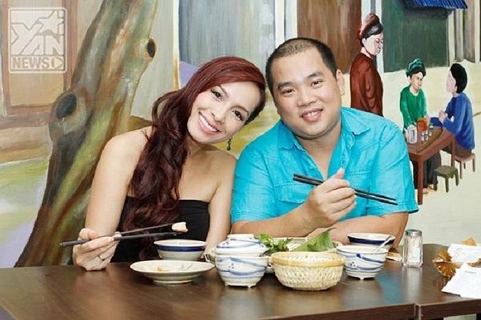 Siêu mẫu Thúy Hạnh làm nũng khi đi ăn cùng chồng Minh Khang.