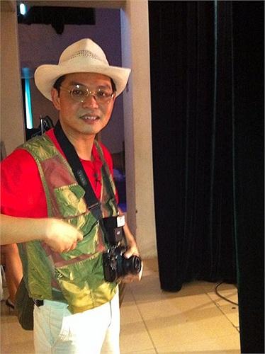 Nghệ sĩ Trung Hiếu chuẩn bị bước ra sân khấu.