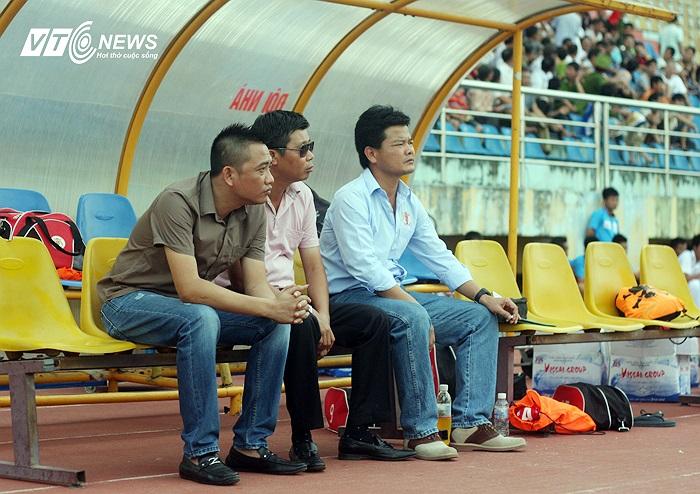 Khác với nhiều trận phải tới sát giờ đấu bầu Trường mới có mặt, thậm chí nhiều trận, bóng lăn, ông bầu này mới xuất hiện ở hàng ghế VIP.