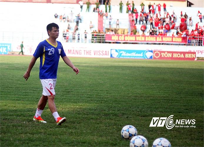 Tuy nhiên, thể lực là một vấn đề với Văn Quyến nên ít khi anh được chơi trọn một trận đấu. Thường anh vào sân từ băng ghế dự bị.