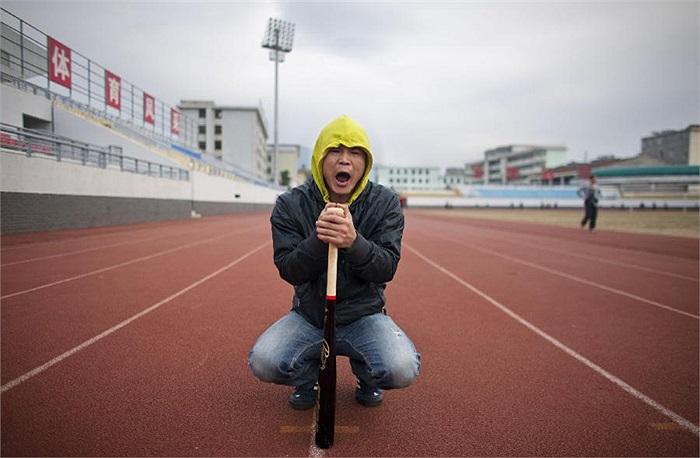 Triệu Trung luôn giám sát chặt chẽ các học trò. Vị HLV này còn mang theo chiếc gậy bóng chày để trừng phạt những học trò không nỗ lực.