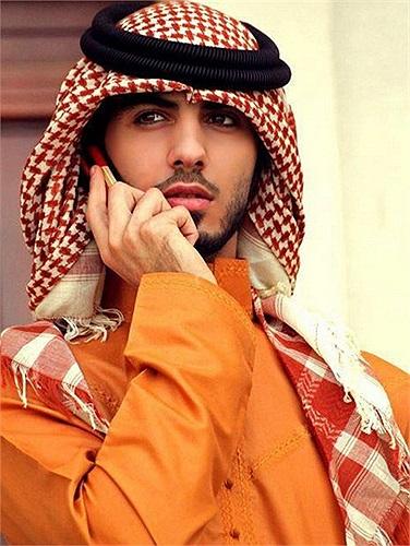 Được biết Omar Borkan Al Gala đến từ Dubai, là một nhiếp ảnh gia thời trang kiêm diễn viên, nhà thơ. Có thông tin còn cho biết, anh là top model của Dubai.