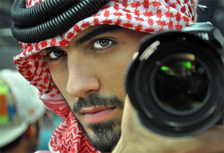 Ngoài bữa ăn tối lãng mạn cho hai người, trong buổi đấu giá từ thiện này, Omar sẽ đóng góp các vật dụng cá nhân như: mắt kính, máy ảnh, điện thoại có lưu giữ hình ảnh 'độc' của anh.
