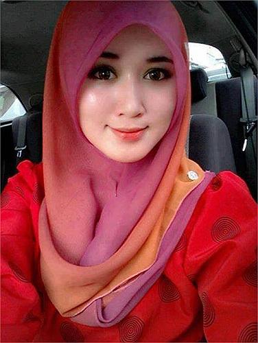 Nếu đây là trang cá nhân của cô gái xinh đẹp này và dựa vào thông tin chia sẻ trên tường thì cô là người Pakistan và hiện đang sống của Doha, Qatar.