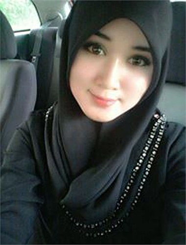 Tìm kiếm trên mạng dễ nhận thấy, những bức ảnh của cô gái có gương mặt thanh tú và vẻ đẹp không tì vết này được chia sẻ rộng rãi trên nhiều trang mạng nước ngoài.