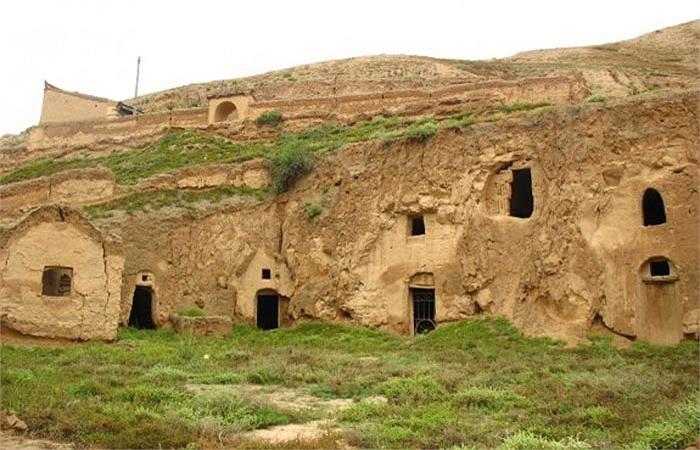 """Điển hình là hệ thống """"nhà hang"""" ở phía Bắc Trung Quốc, được xây dựng từ thiên niên kỷ thứ hai TCN và vẫn còn được sử dụng đến tận ngày nay."""